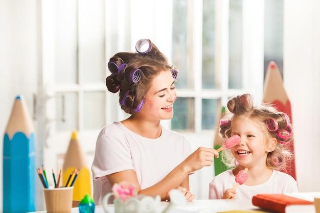 Mała Dziewczynka Siedzi Z Matką I Jeść Lody Darmowe Zdjęcia