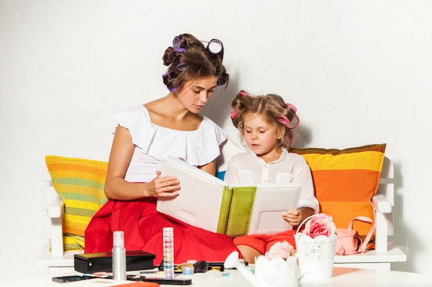 Mała Dziewczynka Siedzi Z Matką I Patrząc Na Album Ze Zdjęciami Darmowe Zdjęcia
