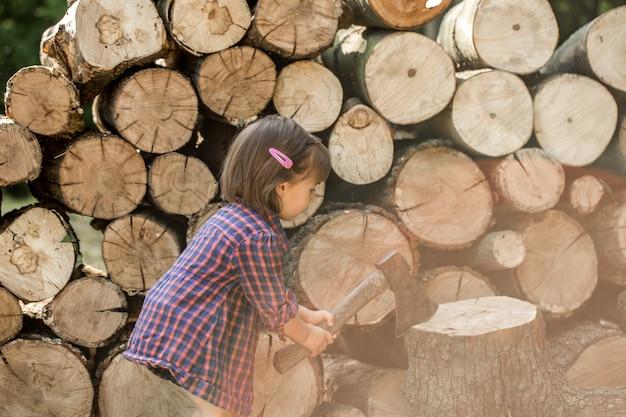 Mała Dziewczynka Siekanie Drewna Darmowe Zdjęcia