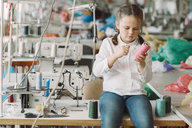 Mała Dziewczynka Stoi W Fabryce Z Nitką Darmowe Zdjęcia