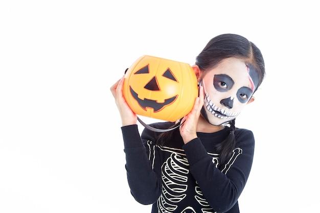 Mała Dziewczynka Trzyma Jack O Latarniowy Dyniowy Kosz Premium Zdjęcia