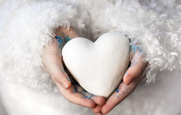 Mała Dziewczynka Trzyma W Rękach Białe Serce. Darmowe Zdjęcia