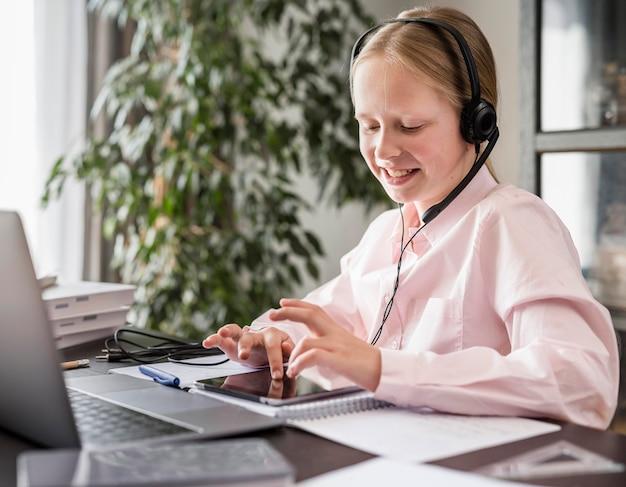 Mała Dziewczynka Uczestnicząca W Zajęciach Online Podczas Korzystania Z Tabletu Darmowe Zdjęcia