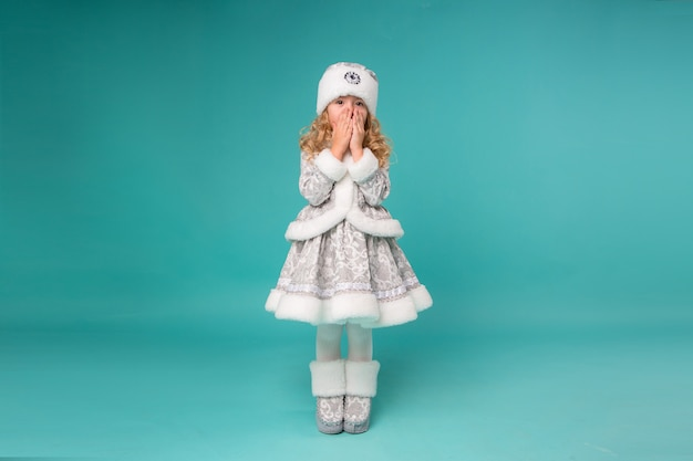 Mała dziewczynka uśmiecha się w stroju dziewiczy śnieg Premium Zdjęcia