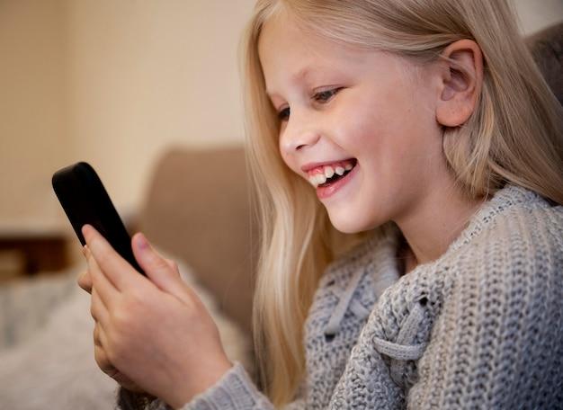 Mała Dziewczynka W Domu Przy Użyciu Smartfona Darmowe Zdjęcia