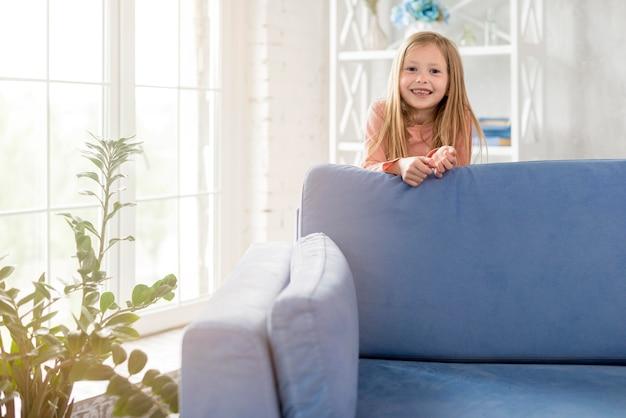Mała Dziewczynka W Domu Darmowe Zdjęcia