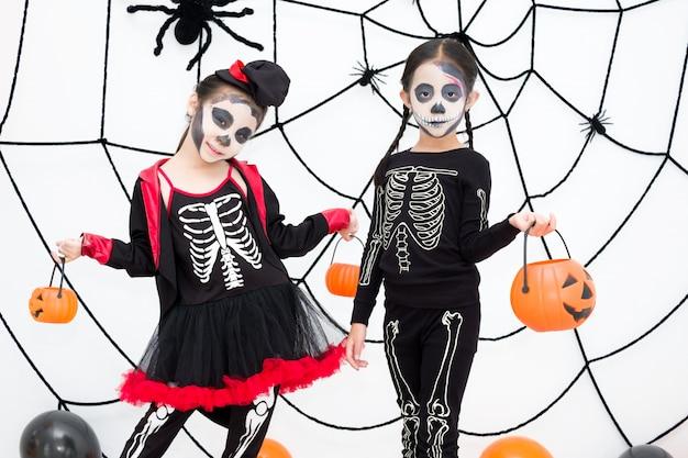 Mała Dziewczynka W Halloweenowym Karnawałowym Kostiumu Trzyma Lampion Jacka Premium Zdjęcia