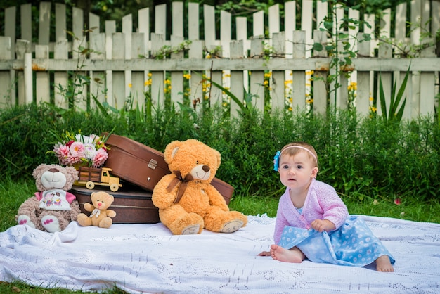 Mała dziewczynka w ogródzie Premium Zdjęcia