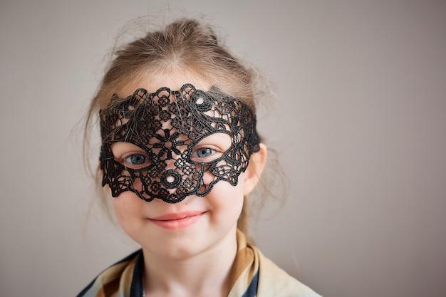 Mała Dziewczynka W Rocznika Fishnet Masce Premium Zdjęcia