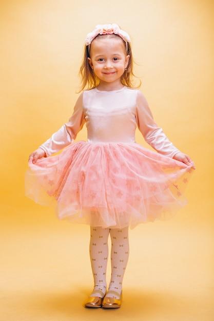 Mała dziewczynka w ślicznej sukni Darmowe Zdjęcia