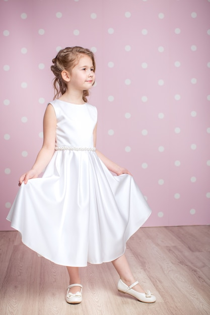 Mała Dziewczynka W Sukni Księżniczki Premium Zdjęcia