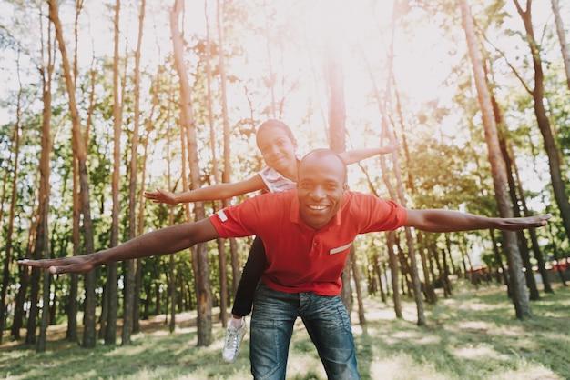 Mała Dziewczynka Wisi Ojciec Za Plecami. Premium Zdjęcia