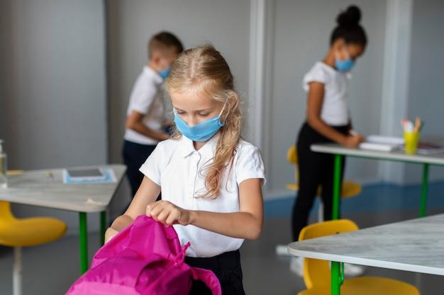 Mała Dziewczynka Wkłada Książki Do Plecaka Darmowe Zdjęcia