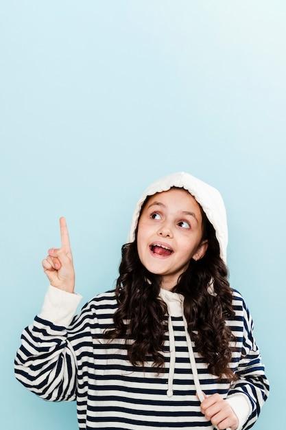 Mała dziewczynka wskazuje z kapturem i interliniuje Darmowe Zdjęcia