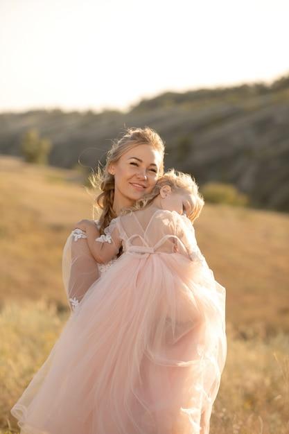 Mała Dziewczynka Wygrzewa Się I Zasypia Na Ramieniu Matki Premium Zdjęcia