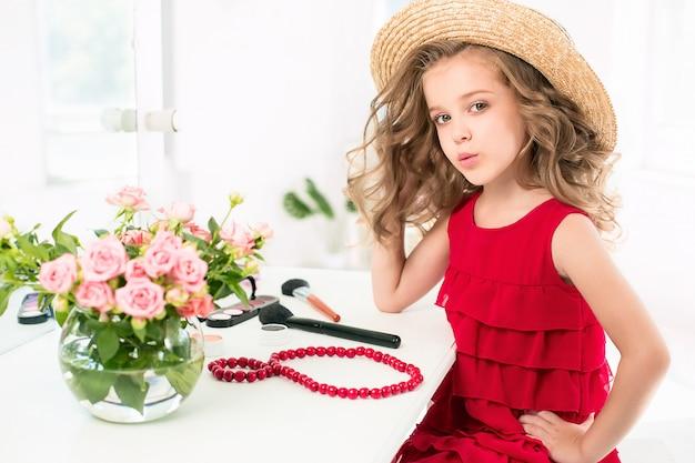 Mała Dziewczynka Z Czerwoną Sukienką I Kosmetykami. Darmowe Zdjęcia