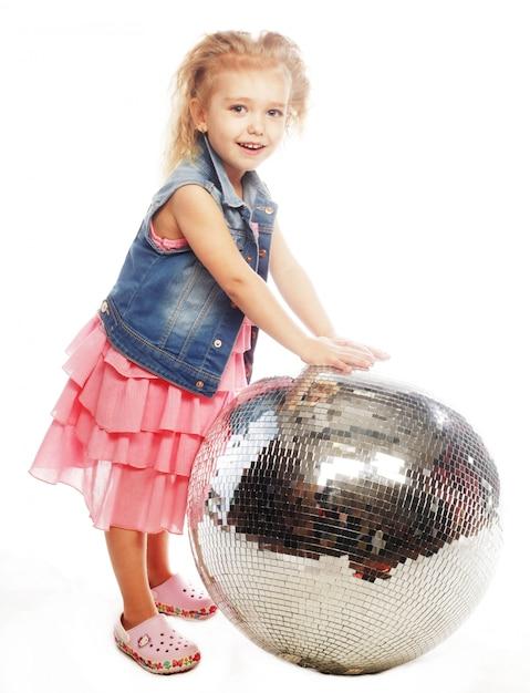 Mała dziewczynka z dyskoteki piłką Premium Zdjęcia