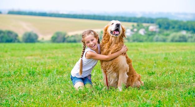 Mała Dziewczynka Z Golden Retriever Premium Zdjęcia