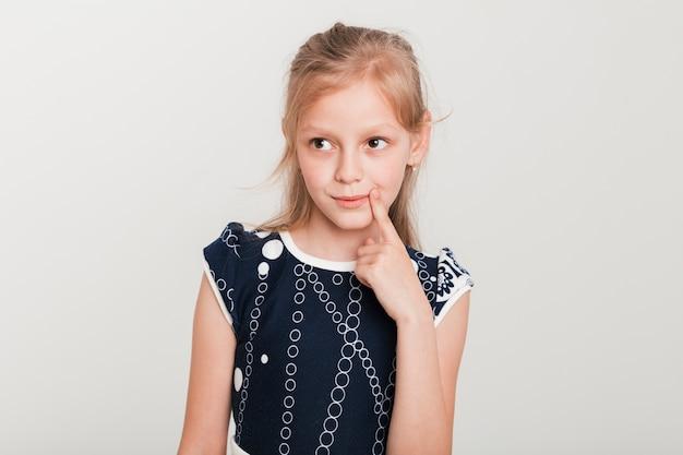 Mała Dziewczynka Z Myślącym Wyrażeniem Darmowe Zdjęcia