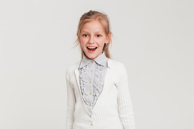 Mała Dziewczynka Z Radosnym Wyrażeniem Darmowe Zdjęcia