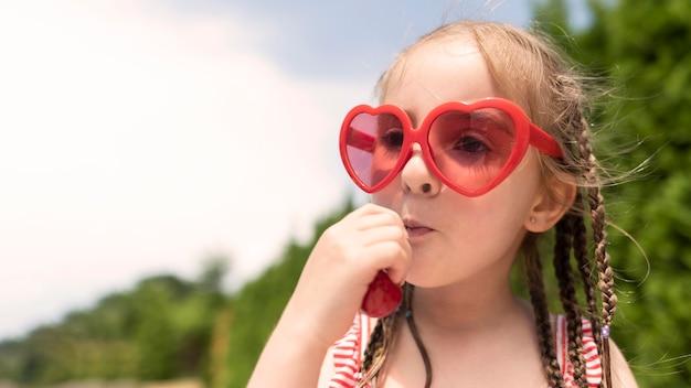 Mała Dziewczynka Z Wiśniami Darmowe Zdjęcia