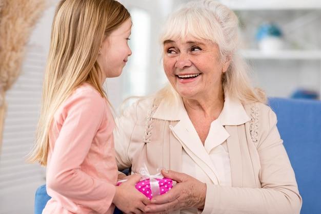 Mała Dziewczynka Zaskakująca Babcia Z Prezentem Darmowe Zdjęcia