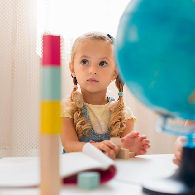 Mała Dziewczynka, Zwracając Uwagę W Klasie Premium Zdjęcia