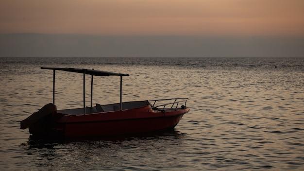 Mała łódka Unosi Się Na Wodzie Z Górami. Darmowe Zdjęcia