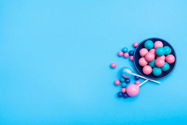 Mała Miska Z Cukierkami Z Lizakami Obok Darmowe Zdjęcia