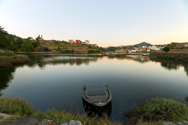 Mała Opuszczona łódź U Ujścia Rzeki Verdugo W Galicji Premium Zdjęcia