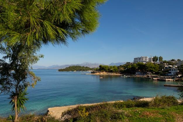 Mała, Piękna Zatoka Z Plażą. Premium Zdjęcia