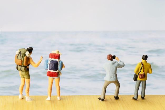 Mała postać podróżnika na światowy dzień turystyki Darmowe Zdjęcia