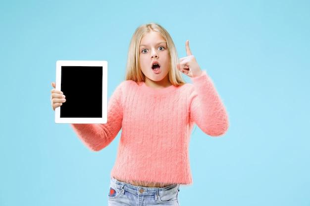 Mała śmieszna Dziewczyna Z Tabletem Na Niebieskim Studio. Darmowe Zdjęcia