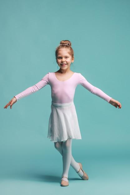 Mała Tancerka Baleriny Na Niebieskiej Przestrzeni Darmowe Zdjęcia