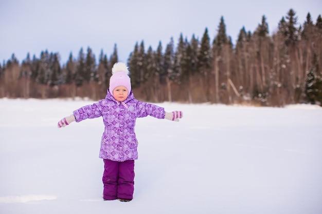 Mała Urocza Dziewczyna Cieszy Się śnieżnego Zima Słonecznego Dzień Premium Zdjęcia