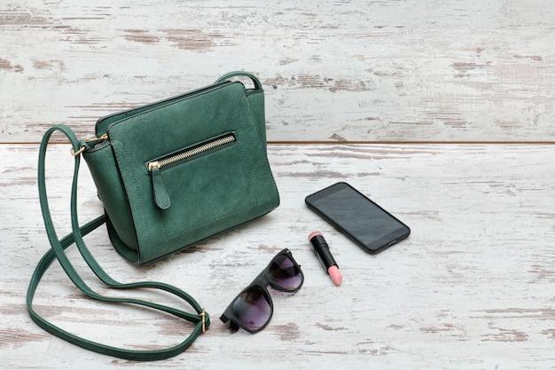 Mała Zielona Torebka, Okulary Przeciwsłoneczne, Szminka I Smartfon Premium Zdjęcia