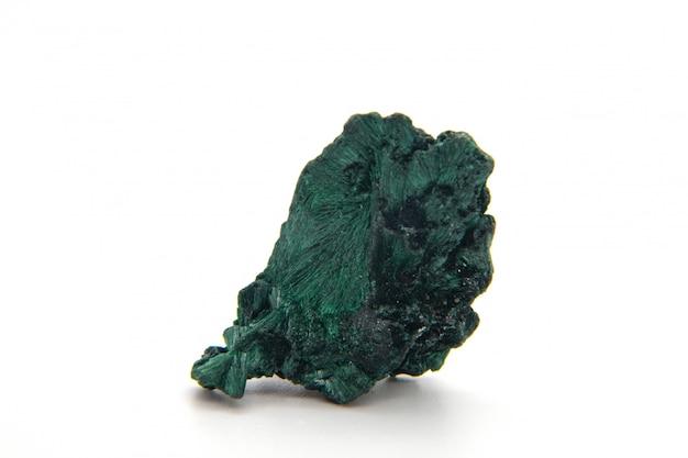 Malachit, Zielony Kamień Mineralny Na Białym Tle. Premium Zdjęcia