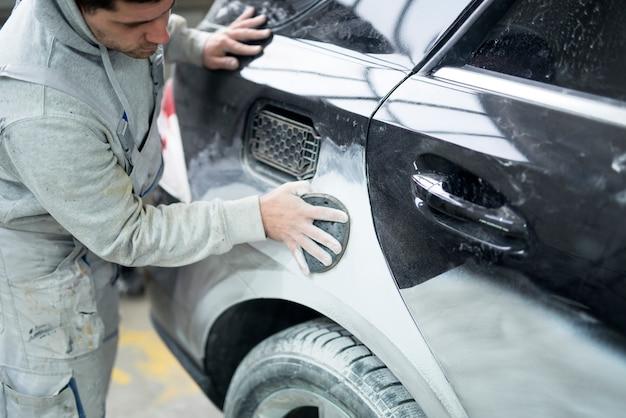Malarz Samochodowy Przygotowuje Samochód Do Malowania W Warsztacie Darmowe Zdjęcia
