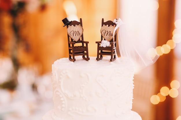 Małe bujane fotele ozdobione akcesoriami dla nowożeńców Darmowe Zdjęcia