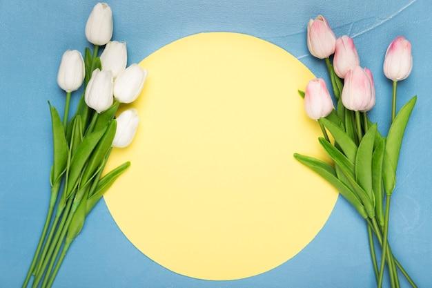 Małe Bukiety Tulipanów Na Niebieskim Tle Darmowe Zdjęcia