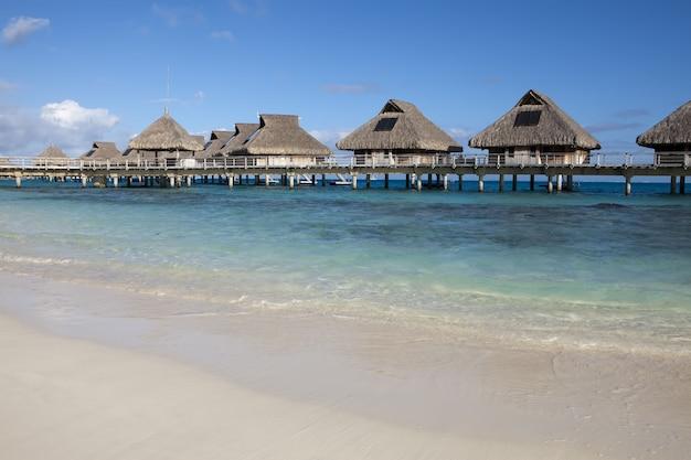 Małe Domki Na Wodzie, Tropikalny Kurort Premium Zdjęcia
