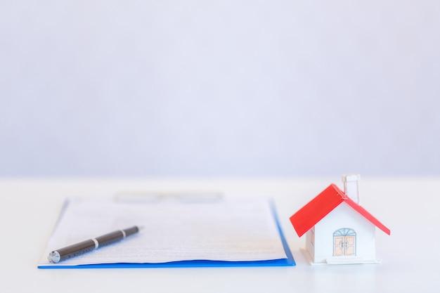 Małe domy nowoczesny design i dokumenty z piórem na białym tle Darmowe Zdjęcia