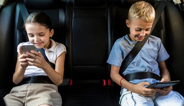 Małe dzieci korzystające z nowych technologii Darmowe Zdjęcia