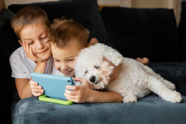 Małe Dzieci, Patrząc Razem Przez Telefon Darmowe Zdjęcia