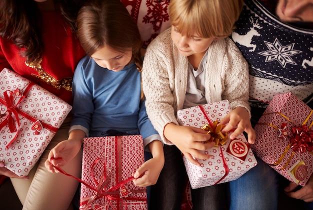 Małe Dzieci Są Gotowe Do Otwarcia Prezentów świątecznych Darmowe Zdjęcia