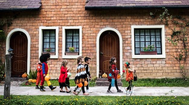 Małe Dzieci Trick Lub Leczenia Podczas Halloween Premium Zdjęcia