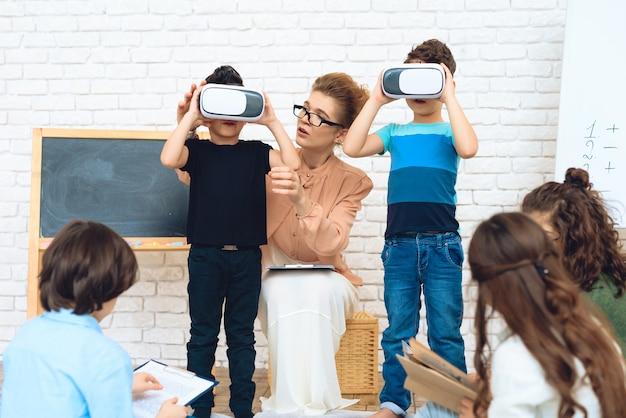 Małe Dzieci W Wieku Szkolnym Zapoznają Się Z Technologią Wirtualnej Rzeczywistości. Premium Zdjęcia