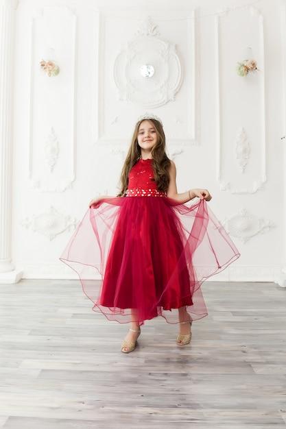 Małe Dziecko Dziewczynka W Modnej Sukience Premium Zdjęcia
