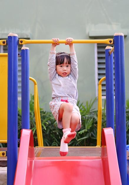 Małe dziecko dziewczyny ćwiczenie plenerowy Premium Zdjęcia