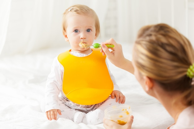 Małe Dziecko Karmienia łyżeczką Premium Zdjęcia